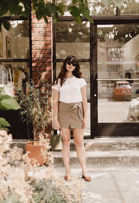 Khi diện áo thun trắng kiểu cổ tròn, ngắn tay đến văn phòng phái đẹp thường mix-match thêm các kiểu áo khoác để xây dựng hình ảnh thanh lịch. Còn khi dạo phố hay hẹn hò cà phê cùng bạn bè, áo thun trắng lại được kết hợp đơn giản với chân váy ngắn.