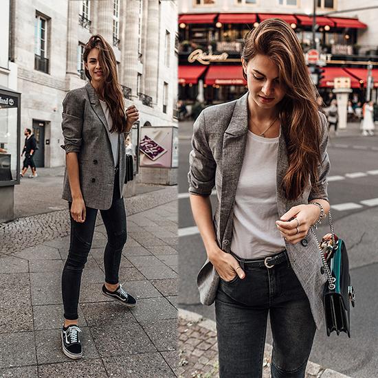 Muốn chứng minh độ sành điệu của mình trước xu hướng 2018, các nàng không thể bỏ qua hot trend blazer kẻ ca rô. Phối hợp cùng kiểu áo đang chiếm được cảm tình của phái đẹp toàn thế giới là áo thun trắng và jean skinny.
