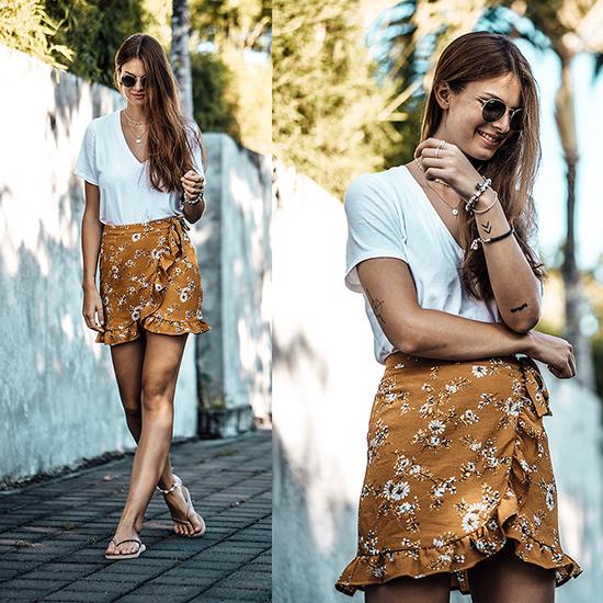 Set đồ hợp mốt mùa hè với thiết kế áo thun cổ tim được đặt cạnh chân váy xếp bèo nhún in hoạ tiết cánh hoa đầy nữ tính.