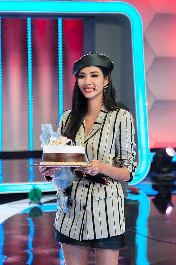 Á hậu Hoàng Thuỳ được Hoài Linh, Mâu Thuỷ tổ chức sinh nhật sớm - 5