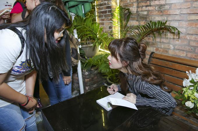 Nữ ca sĩ dành thời gian ký tặng người hâm mộ.