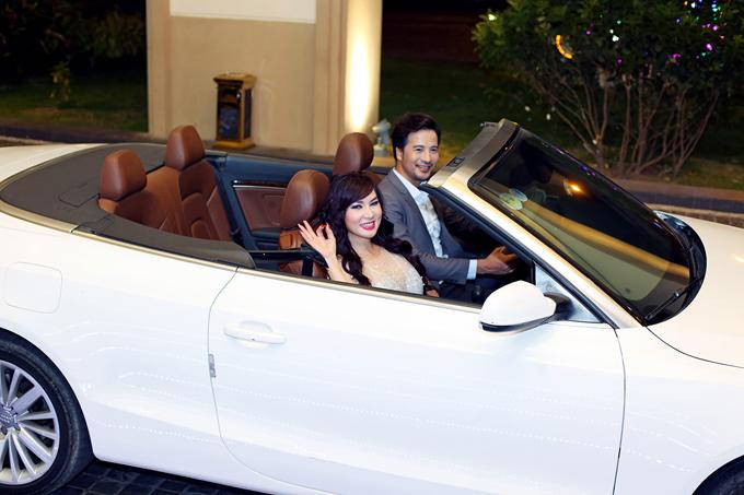 Tối 12/3, diễn viên Đoàn Thanh Tài gây chú ý khi tháp tùng ca sĩ Kavie Trần đến sự kiệnbằng xe mui trần sang trọng.