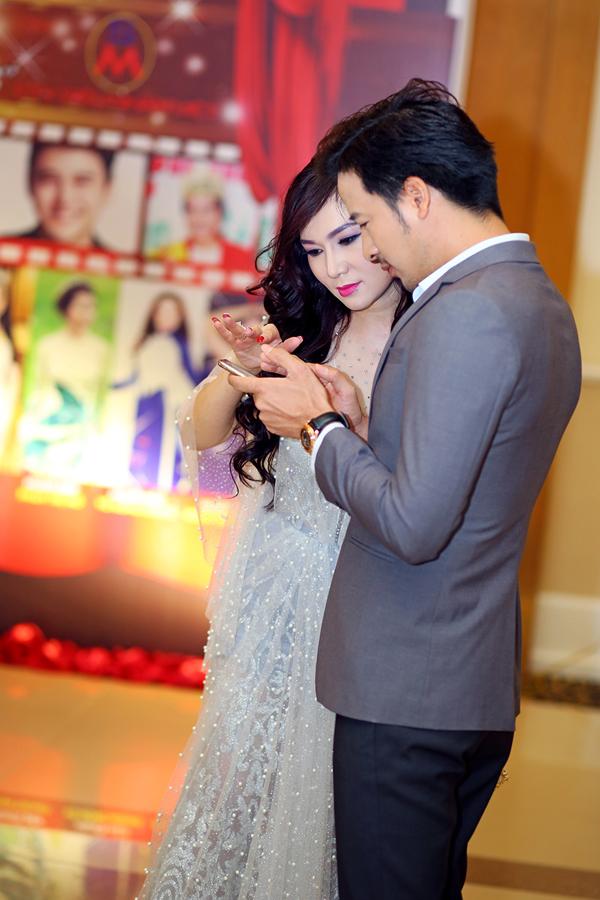 Đoàn Thanh Tài và Kavie Trần trao đổi kỹ về kịch bản.