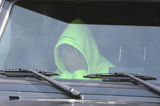 Justin Bieber bưng mặt u sầu trong xe sau khi chia tay Selena Gomez - ảnh 1