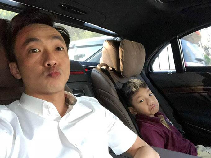 Bố con Subeo được khen giống nhau như hai bản sao. Doanh nhân Cường Đôla tranh thủ đưa con trai đi học lúc sáng sớm.