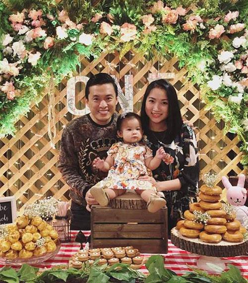 Yến Phương - bà xã Lam Trường - đăng lại khoảnh khắc gia đình quây quần trong tiệc sinh nhật con gái Phoebe.