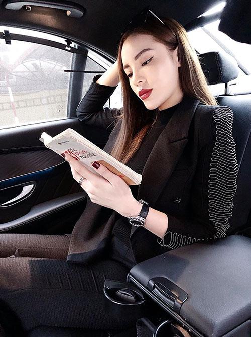 Kỳ Duyên thảnh thơi đọc sách trên xe. Cô chia sẻ: Đừng lãng phí những ngày đẹp trời.