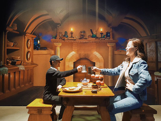 Đông Nhi đăng ảnh dìm hàng Ông Cao Thắng khi chụp ảnh 3D: Haha đố cả nhà vì sao bạn ý bị thu nhỏ?.