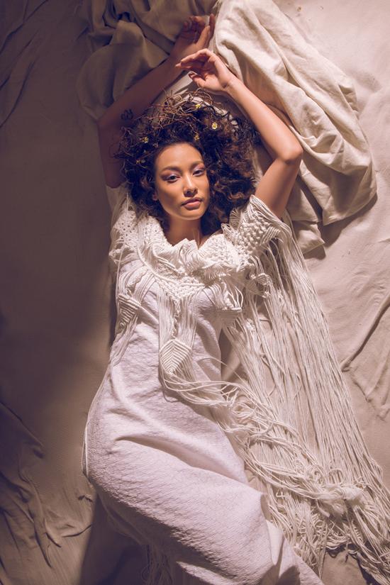 Váy trắng liền thân có được nét độc đáo và mới lạ nhờ ngẫu hứng tua rua từ kỹ thuật móc len thủ công.