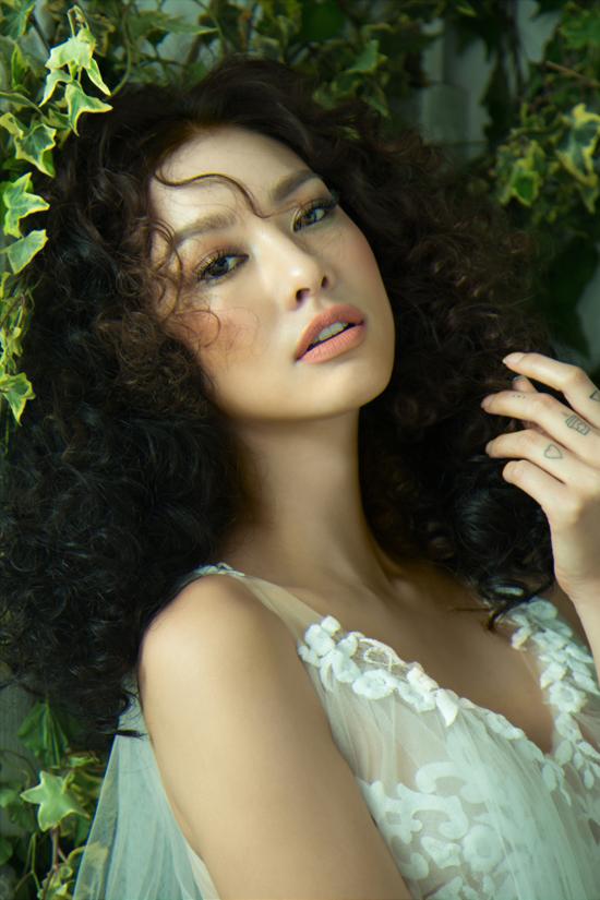 Xu hướng trang điểm hot của mùa hè với màu ánh đồng cho đôi mắt, sắc son hồng nude và làn da căng mịn được chọn lựa để mang lại tạo hình hoàn hảo cho người mẫu.