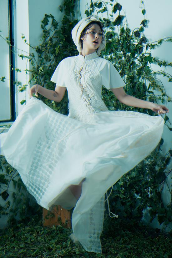 Váy trắng được lấy cảm hứng từ áo dài truyền thống kết hợp hài hòa nhiều chất liệu trên cùng tông trắng thanh nhã.