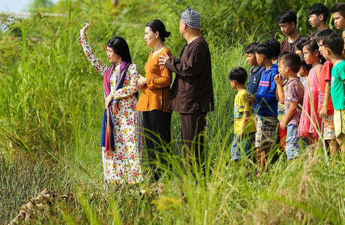 Nghệ sĩ Mỹ Uyên và Hoàng Sơn hóa thân đôi vợ chồng quê mùa. Phim Yêu em bất chấp dự kiến khởi chiếu vào ngày 6/4.