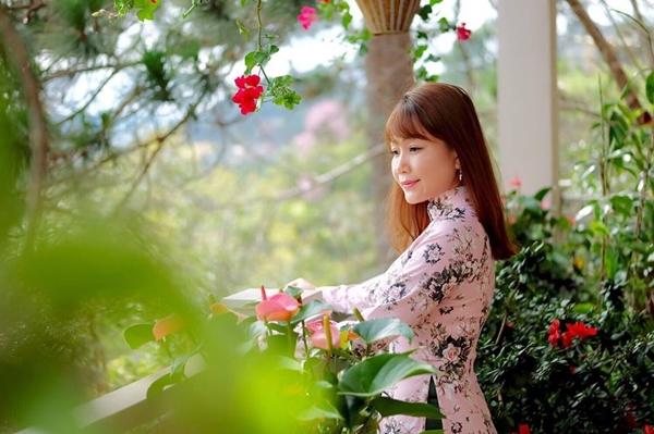 Bận rộn với công việc kinh doanh nhưng chị Thanh Hiền vẫn sắp xếp thời gian làm vườn. Chị Hiềntrồng thành công nhiều loại cây ăn trái nhưcóc, sơ ri, roi, lựutrên sân thượng; cây nào cũng sai trĩu quả.