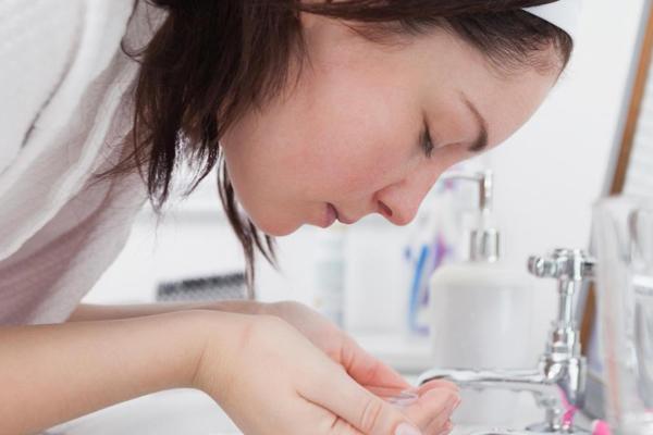 Dùng nước rửa mặt quá nóng Buổi sáng nhất là vào những ngày trời lạnh, việc phải rửa mặt với nước lạnh có thể coi là một cực hình. Tuy nhiên, nếu dùng nước quá nóng để rửa mặt, làn da sẽ