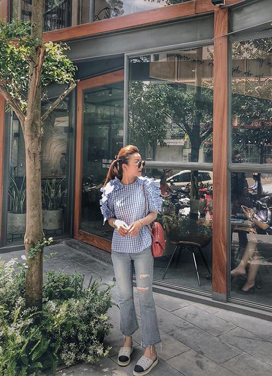 Để tránh được cảm giác tẻ nhạt khi ăn mặc quá đơn giản với jean và sơ mi, các nàng trẻ tuổi có thể chọn áo ca rô phối hợp bèo nhún điệu đa như phong cách dạo phố của Yến Nhi.