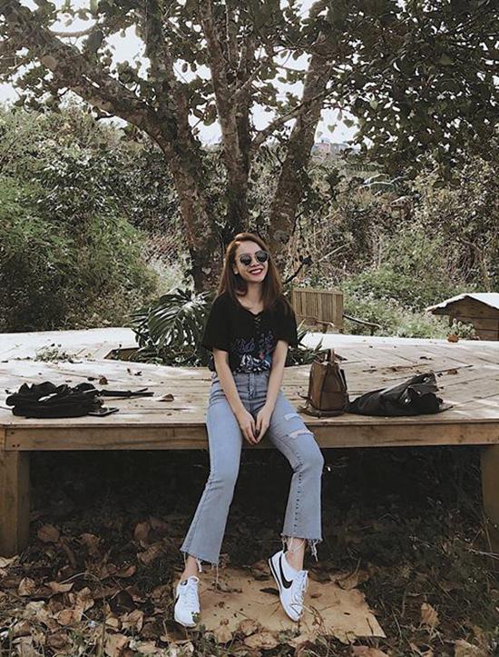 Áo thun, quần jean và giầy sneaker là lựa chọn của Yến Trang khi đi dạo phố, vui chơi ở những khu du lịch nổi tiếng. Trang phục đơn giản và giúp bạn gái có được sự thoải mái khi phải di chuyển nhiều.