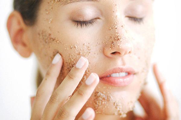 Tẩy da chết Tẩy da chết chỉ nên thực hiện vào buổi tối. Việc tẩy tế bào chết vào buổi sáng có thể khiến da bị kích ứng. Chưa kể, sau khi tẩy tế bào chết, bạn nên đắp mặt nạ hoặc ít nhất là dùng một lớp kem dưỡng dày để phục hồi độ ẩm, bổ sung dưỡng chất cho da. Đây lại là điều không được khuyến khích vào buổi sáng.