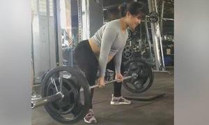 Cô gái bụng bầu vượt mặt vẫn nâng tạ trong phòng tập gym