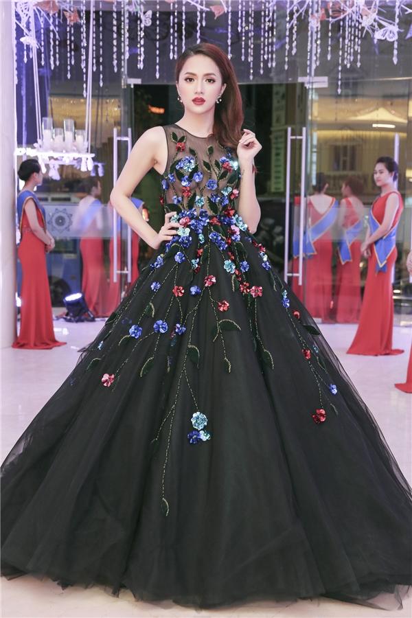 Xuất hiện hồitháng 2/2017ca sĩ chuyển giới thu hút mọi sự chú ý trong bộ đầm dạ hội đen với họa tiết hoa được đính kết cầu kỳ.Phần thân trên là lớp vải xuyên thấu giúp cô khoe trọn vòng một đầy đặn.