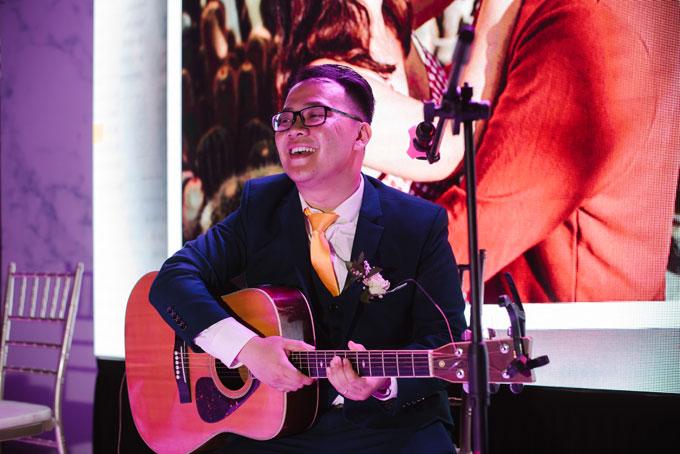 Chú rể ngọng nghịu hát một ca khúc tiếng Việt hòa giọng với cô dâu.