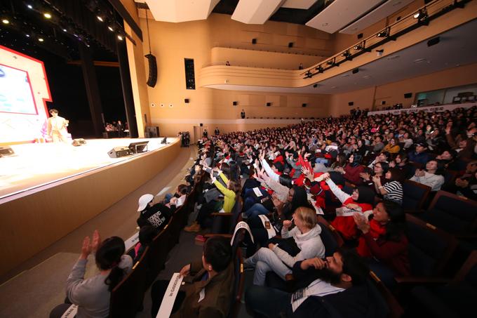 Lee Dong Wook còn tự bốc thăm các khán giả may mắn để lên sân khấu trò chuyện và tham gia một số trò chơi cùng anh. Sự thân thiện, cởi mở của nam diễn viên để lại ấn tượng đẹp cho các fan.