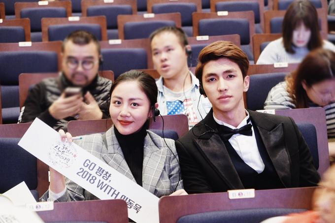 Cả hai đều rất hào hứng bởi đây là lần đầu tiên gặp Lee Dong Wook ở ngoài đời.