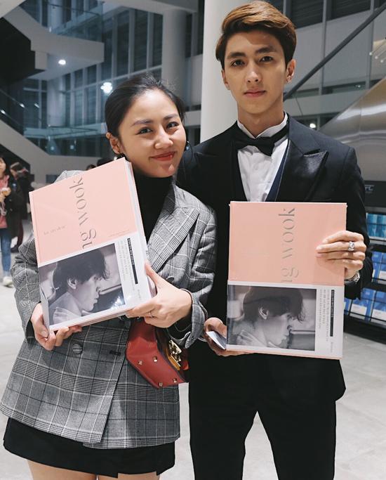 Hai nghệ sĩ khoe quyển photobook, quà tặng của Lee Dong Wook dành riêng cho các fan tham dự chương trình.