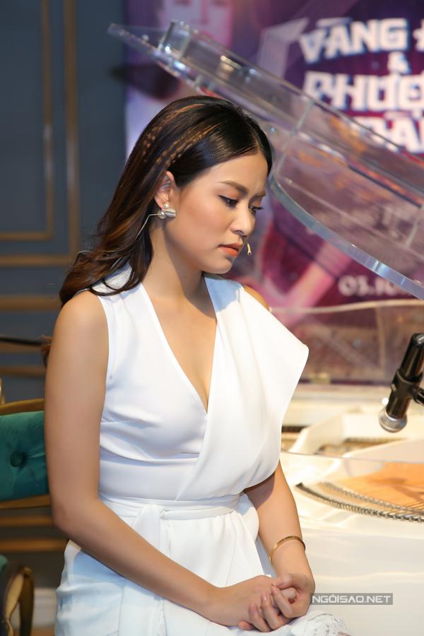 Cuối năm 2017, Hoàng Thùy Linh khởi động chiến dịchkỷ niệm 10 năm ca hát với tên gọi Vàng Anh và Phượng Hoàng.Chiến dịch được thực hiện trong hai năm 2017, 2018 với 10 dự án được đầu tư 1 triệu USD để Hoàng Thùy Linh kỷ niệm 10 năm hoạt động nghệ thuật. Trong đó, mở đầu là quyển tự truyện mang tên Vàng Anh và Phượng Hoàng.Tại buổi họp báo ra mắt dự án hồi đầu tháng 10/2017, nữ ca sĩ cho biết cô đã đủ bình tĩnh đối mặt với scandal năm nào.Tôi nghĩ tôi nợ tên Vàng Anh một lời xin lỗi chân thành. Giờ tôi đã đủ dũng khí để đối diện, Hoàng Thùy Linh nói.