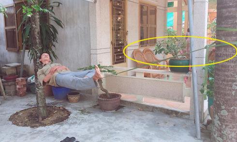 Người đàn ông ung dung ngủ trưa trên sợi dây thừng