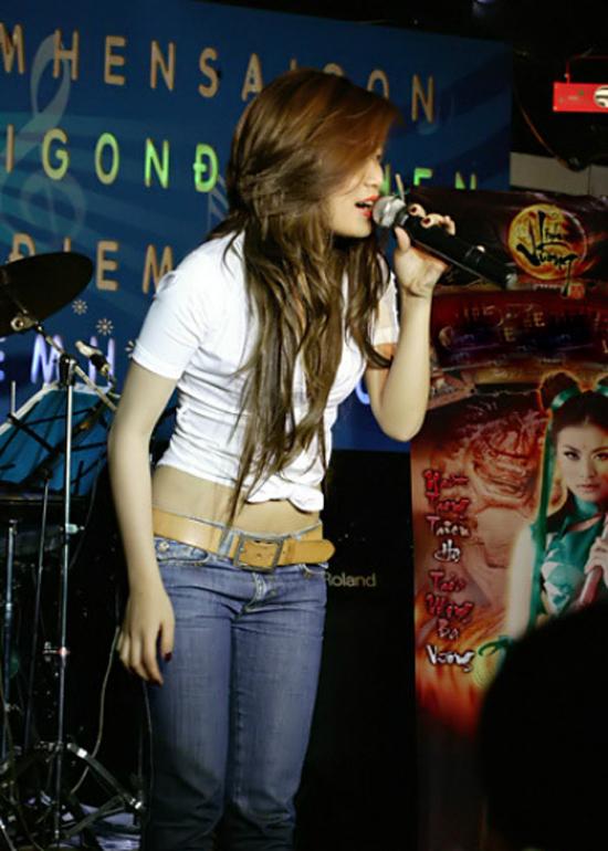 Từ tháng10/2008, sau khiCục Nghệ thuật Biểu diễn ra văn bản cho phép Hoàng Thùy Linh hoạt động nghệ thuật trên toàn quốc, Hoàng Thùy Linh mới chính thức hoạt động trở lại. Thời gian này, cô chủ yếu đi hát ở các quán bar, vũ trường với cát-xê khoảng 25 triệu đồng. Trở thành cái tên đắt show ở các vũ trường nhưng Hoàng Thùy Linh quyết định tạm dừng công việc này để đầu tư cho các sản phẩm âm nhạc, tìm kiếm cơ hội tạo dựng tên tuổi. Sau khi phát hành 2 bản thu Chuyện tình lá và gió và Đôi khi em muốn khóc, cô bắt đầu được mời đi hát ở các sân khấu nhỏ.