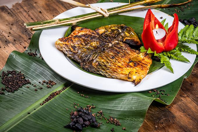 Cá chép nướng: Nhắc đến các món nướng nổi tiếng của người Thái ở Tây Bắc, không thể bỏ qua cá chép nướng. Đồng bào vùng cao thường chọn cá chép đực, để nguyên vảy, mổ bụng bỏ ruột, bỏ mang lọc xương giữa để dễ gập cá khi kẹp tre. Ướp cá với hạt mắc khén, muối hạt, ớt tươi rồi kẹp tre tươi, sau đó nướng trên than hoa cháy hồng 30 phút. Cá nướng thơm, thịt mềm ăn ngọt bùi, quyện lẫn với vị cay của ớt và mắc khén.