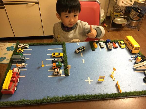 Bi cùng mẹ làm bãi đỗ xe đồ chơi và thích thú sắp xếp các xe vào đúng vị trí.
