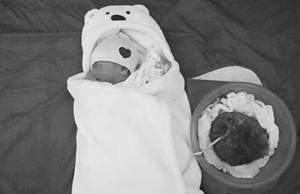 Ảnh em bé được sinh theo trào lưu thuận theo tự nhiên: được đăng trên mạng xã hội hôm 6/3.