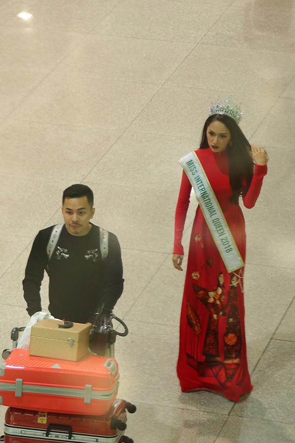 Rừng người chen chúc đón Hương Giang về nước sau một tuần đăng quang Hoa hậu