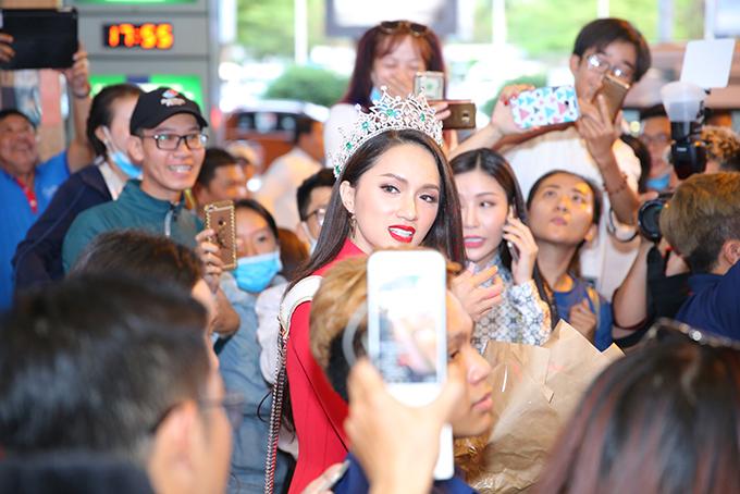Rừng người chen chúc đón Hương Giang về nước sau một tuần đăng quang Hoa hậu - 5