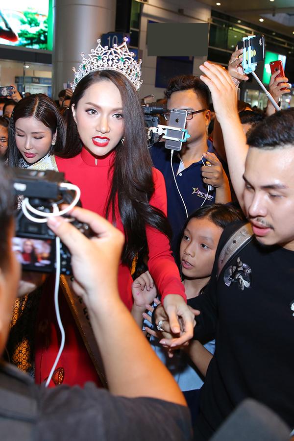 Chỉ có hơn một ngày ở Việt Nam, nhưng Hương Giang không được nghỉ ngơi. Ngày mai, 17/3, cô sẽ có cuộc giao lưu với độc giả một số tờ báo lớn. Vào lúc 11h trưa, Hương Giang tham gia phỏng vấn trực tuyến với độc giả Ngoisao.net.
