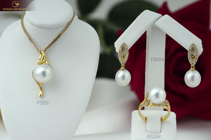 Sự kết hợp giữa chất liệu vàng và những viên ngọc South Sea sắc trắng bóng bẩy tạo nên vẻ đẹp đặc trưng cho dòng sản phẩm cao cấp.