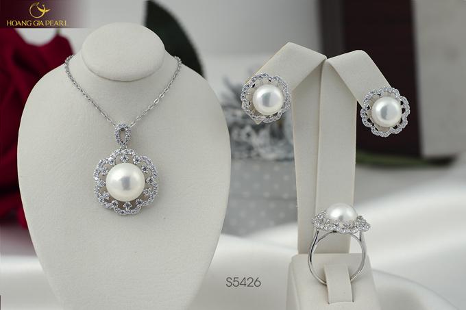 Bộ trang sức được thực hiện bằng phương pháp thủ công tinh xảo từ sự tài hoa và tình yêu cái đẹp của đội ngũ kim hoàn của Hoàng Gia Pearl.