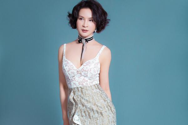 Ở tuổi 45 Thanh Mai chọn trang phục gợi cảm để tôn nét trẻ trung