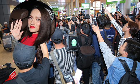 'Rừng' người chen chúc đón Hoa hậu Hương Giang về nước