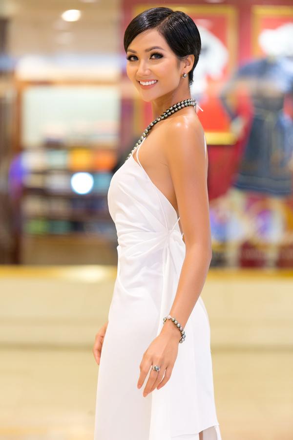 Hoa hậu HHen Niê và Á hậu Hoàng Thùy, Mâu Thủy gợi cảm đi sự kiện - 2