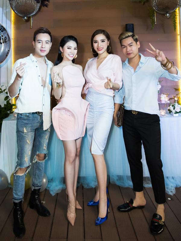 Stylist Mạch Huy (ngoài cùng bên trái) là người đồng hành, giúp Jolie xây dựnghình ảnh đẹptrong làng giải trí.