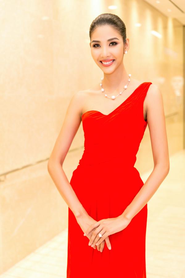 Hoa hậu HHen Niê và Á hậu Hoàng Thùy, Mâu Thủy gợi cảm đi sự kiện - 4