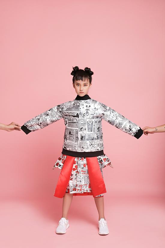 Mẫu thiết kế gây được ấn tượng trong bộ sưu tập này là các kiểu áo khoác tông màu trắng đen với hoạ tiết tựa những trang truyện tranh gắn liền với thế giới tuổi thơ.