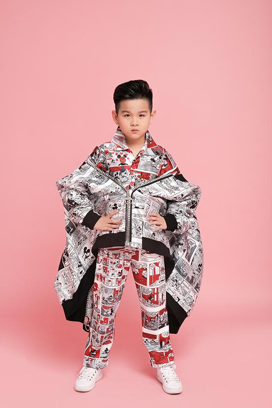Suit phối hợp 3 tông màu trắng, đỏ và đen lại khiến các bé trai trở nên nghộ nghĩnh và không kém phần bảnh bao.