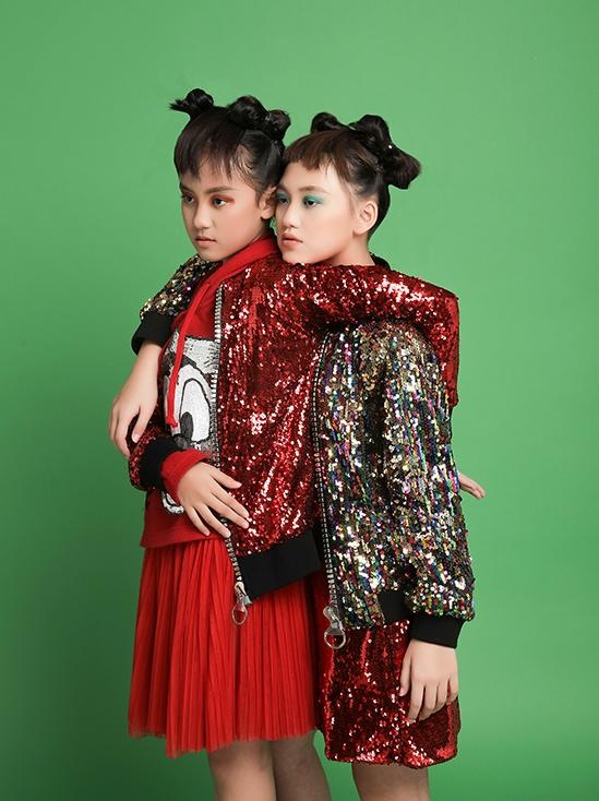 Vải sequins óng ánh cũng được nhà thiết kế sử dụng để mang đến các mẫu áo khoác bomber tạo điểm nhấn nổi bật.
