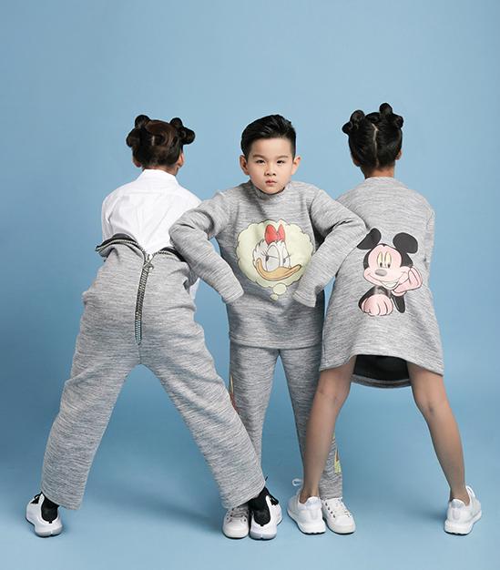 Lần đầu tiên thực hiện bộ sưu tập thời trang dành cho các nhóc tỳ, nhà thiết kế Hà Nhật Tiến đã chọn những hình ảnh ngộ nghĩnh của các nhân vật hoạt hình, truyện tranh nổi tiếng để tô điểm cho từng bộ trang phục.