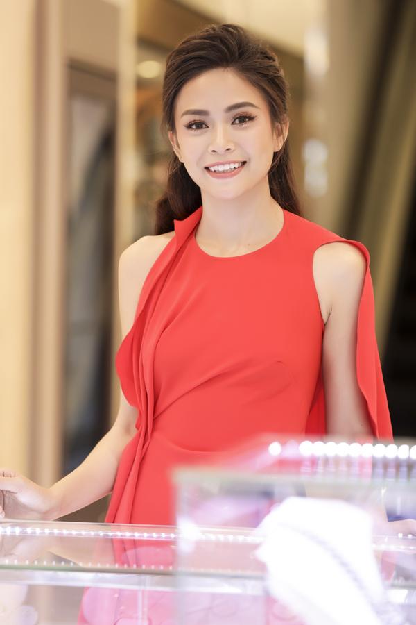 Hoa hậu HHen Niê và Á hậu Hoàng Thùy, Mâu Thủy gợi cảm đi sự kiện - 8
