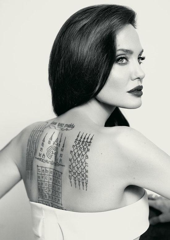 Jolie giải thích: Tất nhiên tôi không yêu được những nốt tàn nhang sau khi bầu bí và những vết rạn da, nhưng tôi không thấy nó ảnh hưởng gì đến cấu trúc hoặc ngoại hình của mình. Nó chỉ giúp tôi nhìn thấy được gia đình hiện diện trên gương mặt mình.