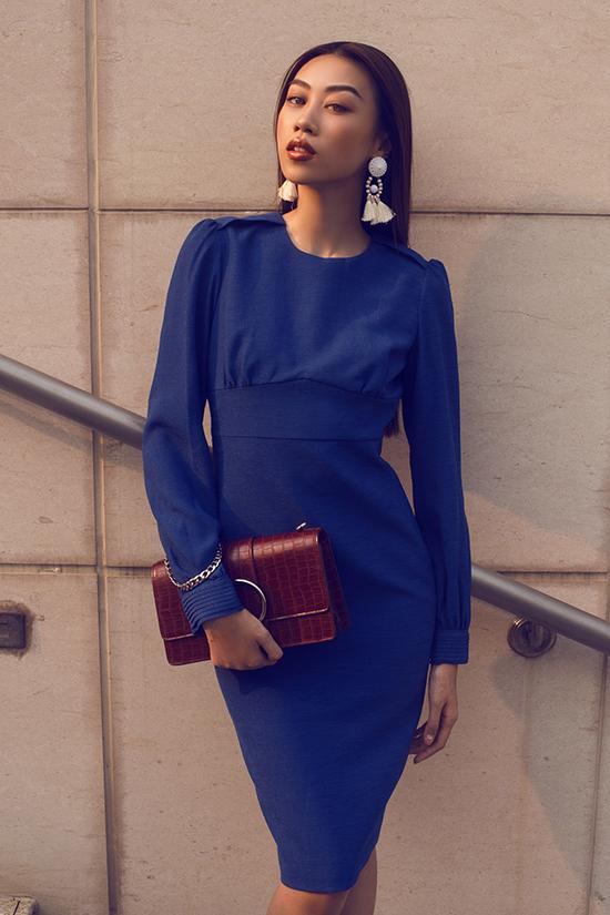 Những gam màu hợp mốt như đỏ, xanh dương, cam cũng được thể hiện một cách sinh động trên các mẫu váy mang tính ứng dụng cao.